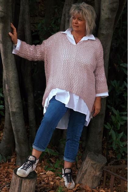 Pull ajouré Lucien oversize rose, chemise Camille et pantalon Roméo