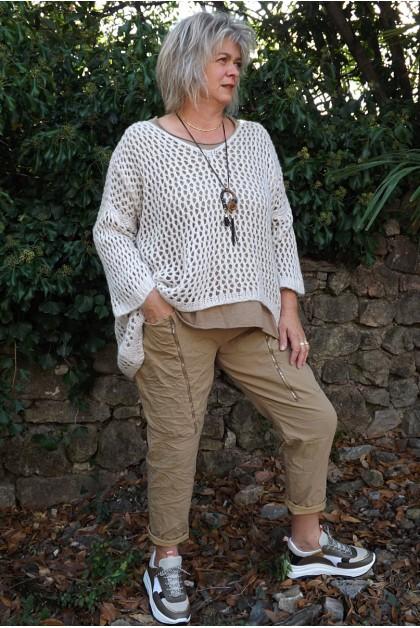 Pull ajouré Lucien oversize beige, tea-shirt César et pantalon Tom