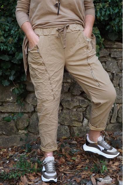 Pantalon grande taille Tom cappuccino, tea-shirt-César et pull Lucien